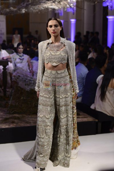 Divya Kumar Khosla and Yami Gautam as Showstoppers at Indian Couture Week 2016