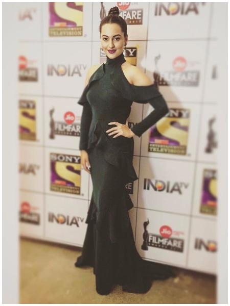 Sonakshi Sinha at Filmfare Awards 2017 Red Carpet!